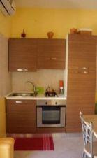 Cucina all'interno con piano cottura, forno e frigorifero